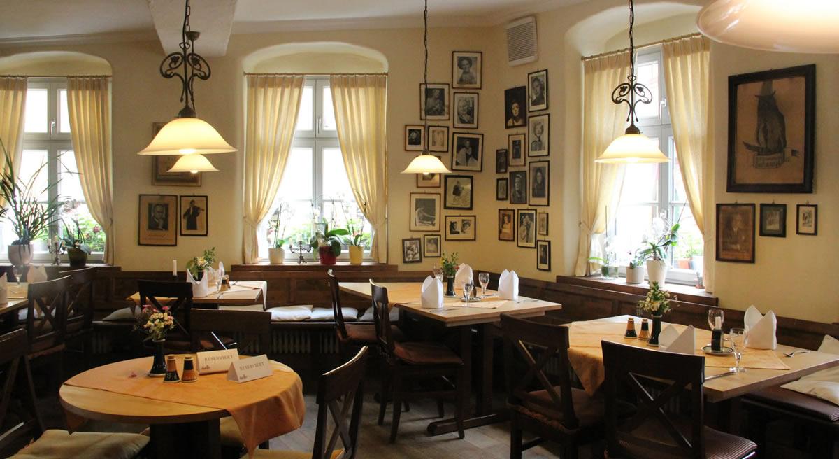 Salón Richard Wagner en el Restaurante Eule, decorada con fotos de cantantes dedicadas. © Bayreuth.es
