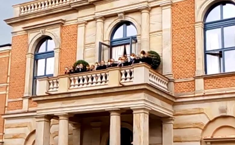 Fanfarria desde el balcón del Festspielhaus. © Bayreuth.es