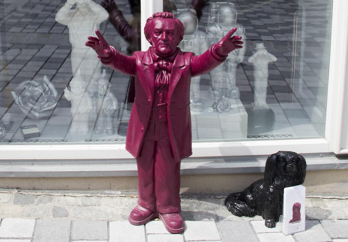 Efigies de plástico de Wagner y de su perro en la tienda del escultor Ottmar Hörl. © Bayreuth.es