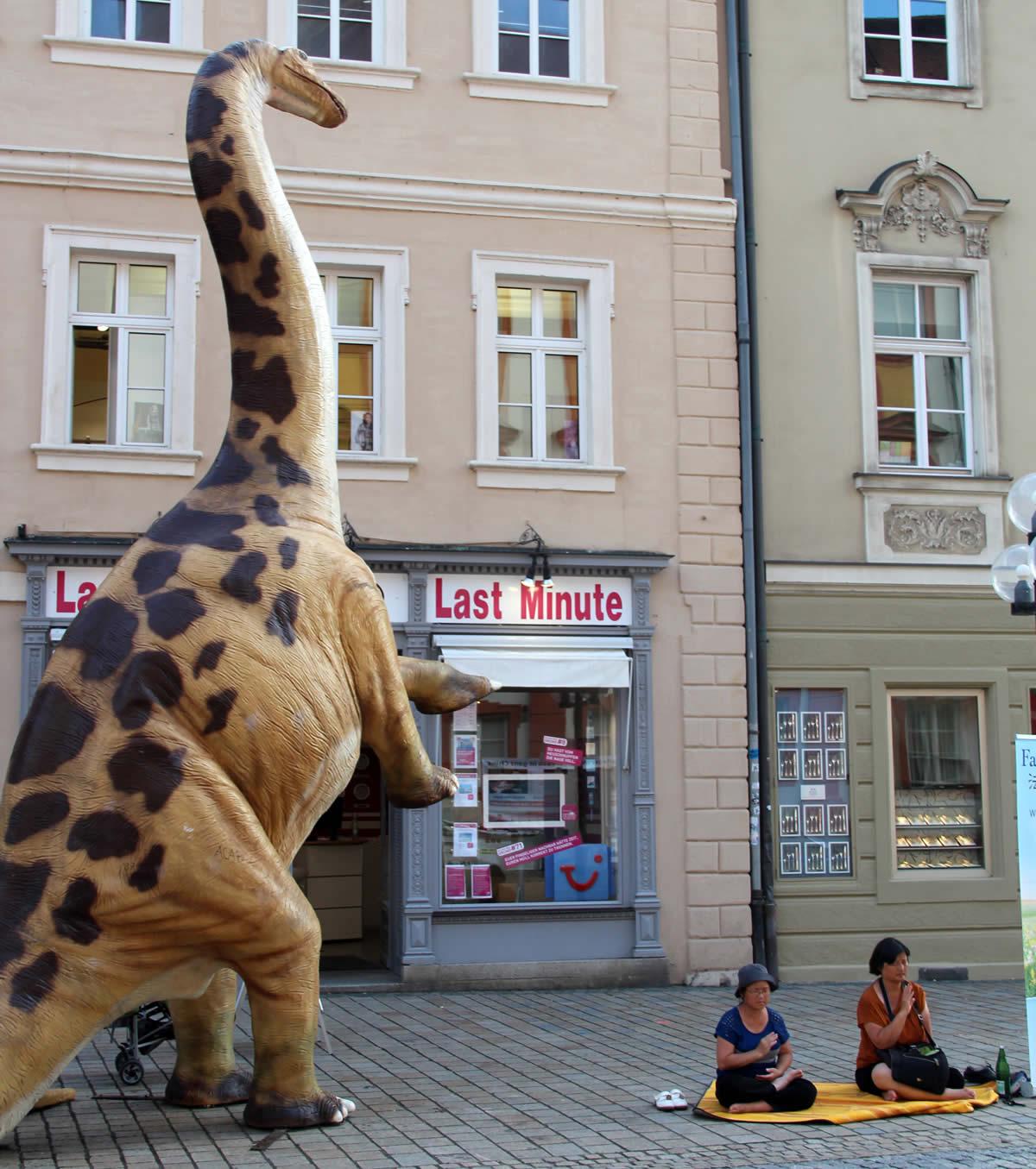 Un dinosaurio del Museo de Historia Natural de paseo por la ciudad. © Bayreuth.es