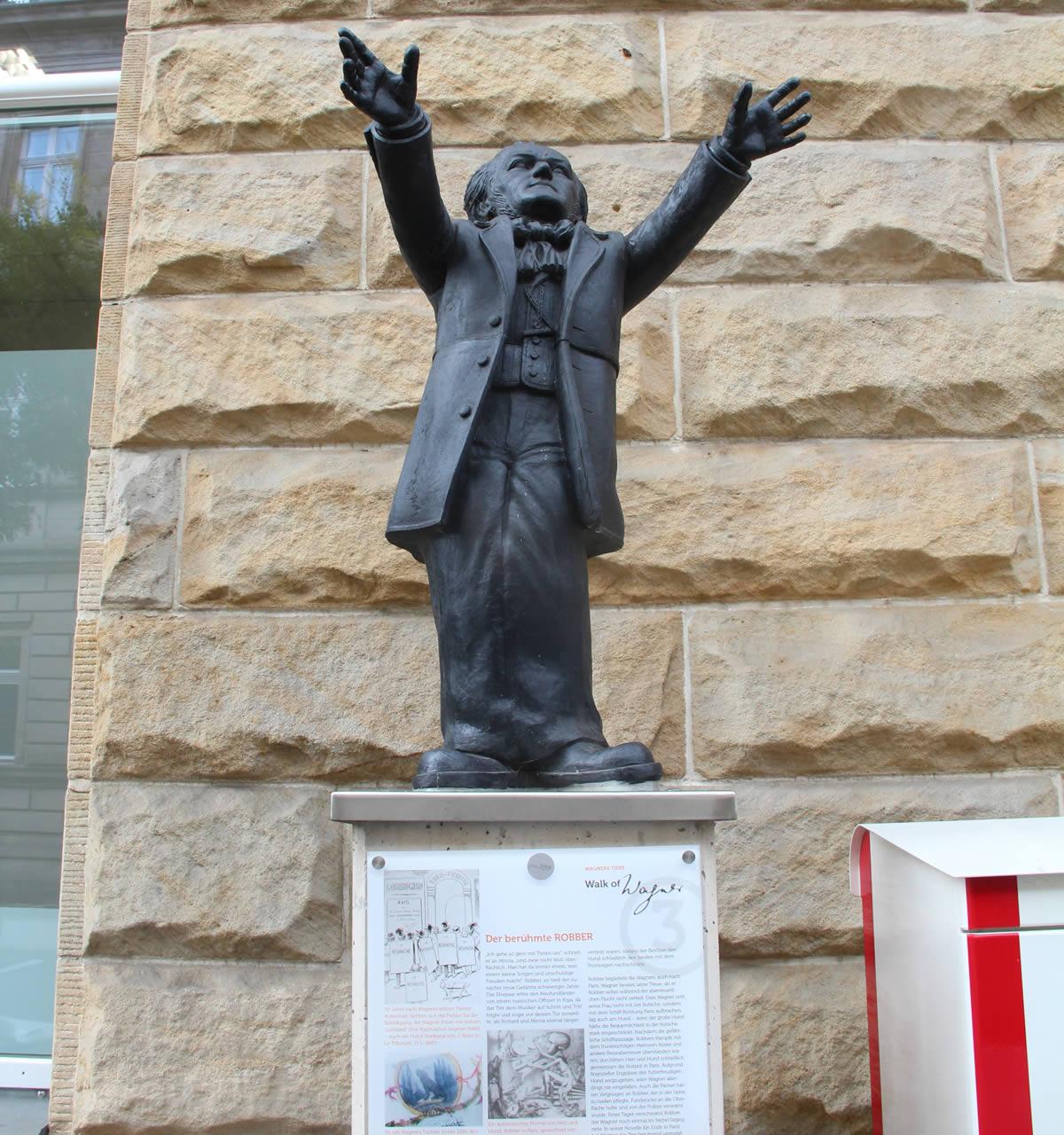 Uno de los pedestales del paseo, con la escultura de Ottmar Hörl. © Bayreuth.es