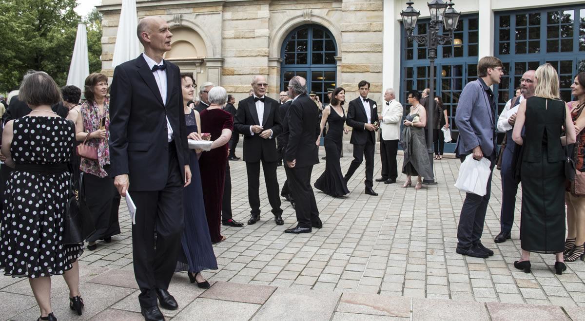 Aficionados wagnerianos minutos antes de entrar al teatro. © Bayreuth.es